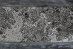 与被弄脏的木框架纹理的老被风化的水泥地板 库存照片