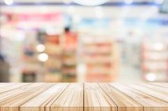 与被弄脏的现代商城backgro的空的木台式 库存图片