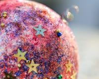 与被弄脏的装饰品球的圣诞节背景 库存图片