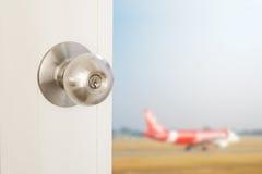 与被弄脏的defocus飞机的门的开头,概念海外旅游,假期和等 库存照片