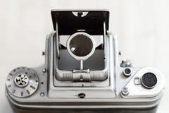 与被打开的减速火箭的反光镜的葡萄酒中间格式照相机 库存照片
