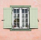 与被打开的快门窗帘的老木窗口 库存照片