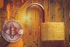 与被打开的挂锁的Bitcoin cryptocurrency在计算机主板 隐藏货币-网银行业务的电子真正金钱和 库存图片