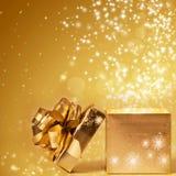 与被打开的礼物盒的闪耀的圣诞节背景 免版税库存图片