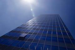 与被打开的窗口的现代办公室塔 库存照片