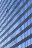 与被打开的窗口的现代办公室塔 免版税库存图片