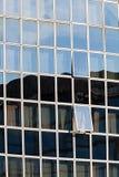 与被打开的窗口的玻璃门面 免版税库存图片