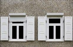 与被打开的窗帘的两个白色新窗口 免版税库存照片