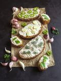 与被抹上的大蒜奶油的面包在黑桌上 开胃菜用蒜酱油 免版税图库摄影