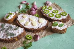与被抹上的大蒜奶油的面包 开胃菜用蒜酱油 免版税库存图片
