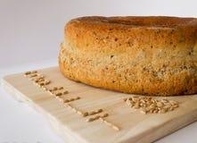 与被拼写的V五谷的被拼写的面包  免版税库存照片