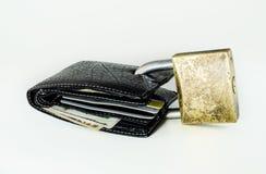 与被挂锁的美元和看板卡的钱包 免版税库存图片