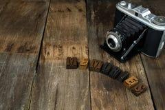 与被排版的活版的葡萄酒照相机 免版税库存照片