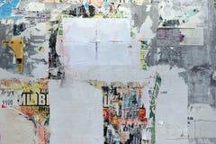 与被撕毁的海报和贴纸的老都市街道广告牌 库存图片