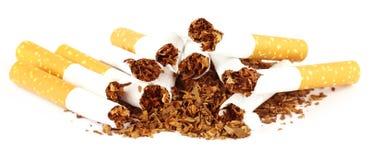 与被撕毁的香烟的烟草 库存图片