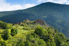 与被放弃的农村房子的山风景 免版税库存照片