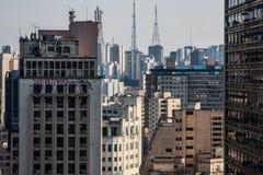 与被放弃的大厦的特大的城市地平线 免版税库存图片