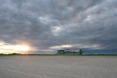 与被放弃的谷仓的风雨如磐的天空 库存图片