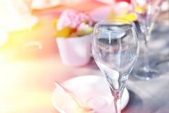 与被日光照射了的酒杯的婚礼桌 库存图片