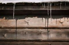 与被构筑的冰柱的冬天背景 免版税库存照片