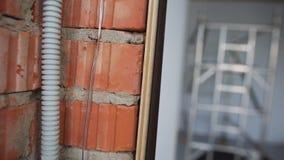 与被构筑的窗口、白色墙壁和脚手架的大空的轻的公寓 影视素材