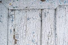 与被毁坏的表面白色油漆的老木框架 库存图片