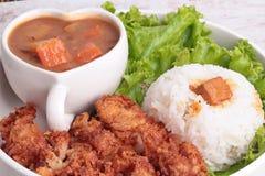 与被油炸的鸡和日本黄色咖喱的茉莉花米 免版税库存图片