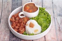 与被油炸的鸡和日本黄色咖喱的茉莉花米 库存图片