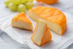 与被洗涤的橙子皮的乳酪 法语或德语 大理石桌背景 关闭 库存照片