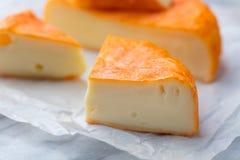 与被洗涤的橙子皮的乳酪 法语或德语 大理石桌背景 免版税库存照片