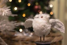 与被涂的翼的逗人喜爱的白色玩具猫头鹰 图库摄影