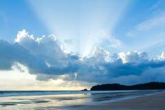 与被点燃的云彩的热带海滩日落天空 免版税库存照片