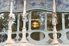 与被点燃的枝形吊灯的污迹玻璃窗在Gaudi里面大厦在巴塞罗那(西班牙) 免版税库存照片