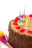 与被点燃的蜡烛的德国巧克力生日蛋糕 免版税库存照片