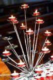与被点燃的蜡烛的教会内部在信念的祷告期间 免版税库存图片