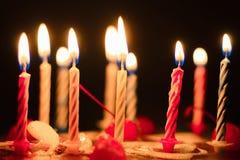 与被点燃的蜡烛的生日蛋糕,特写镜头 免版税库存照片