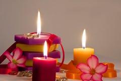 与被点燃的蜡烛的花卉背景 免版税库存照片