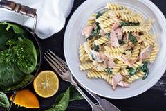 与被烘烤的三文鱼和菠菜的面团fusilli 库存图片