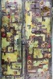 与被焊接的各种各样的金属元素的金属门 免版税库存图片