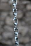 与被焊接的链接的一个不锈钢链子 库存照片