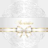 与被环绕的鞋带的豪华白色婚礼邀请 免版税库存图片