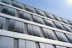 与被盖的窗口威尼斯式b的高层办公大楼门面 免版税库存照片