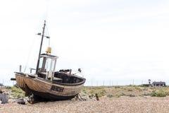 与被看见的老被佩带的小船的葡萄酒场面岸上 库存照片