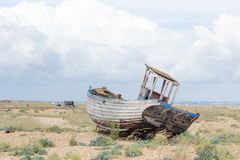 与被看见的老被佩带的小船的葡萄酒场面岸上 免版税库存图片