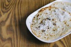与被磨碎的椰子顶部的薄煎饼在白色背景的一块板材 马来西亚纤巧 图库摄影
