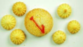 与被绘的图一小曲奇饼围拢的烹饪油漆的黄油饼干 在圈子的运动 手工制造 股票录像