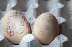 与被绘的快活的枪口的鸡蛋在盘子 免版税图库摄影