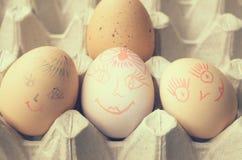 与被绘的快活的枪口的鸡蛋在盘子 免版税库存图片