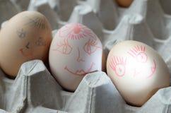与被绘的快活的枪口的鸡蛋在盘子 库存照片