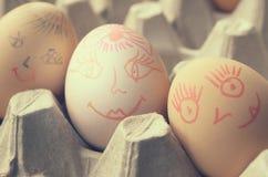 与被绘的快活的枪口的鸡蛋在盘子 库存图片